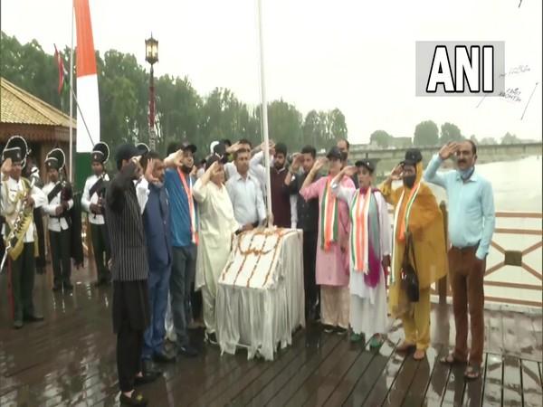 Corporators in Srinagar hoist national flag at Zero Bridge